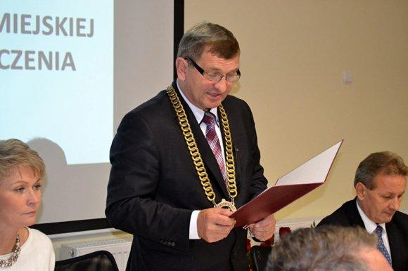 Miasto Turek: Radni i burmistrz odebrali kwiaty i gratulacje, ko�cz�c 4 lata...